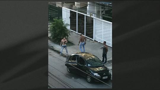Homem pega arma de policial e atira contra amigos em Niterói, RJ
