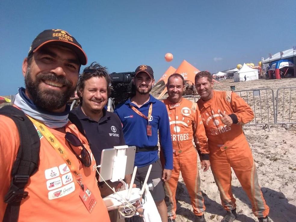 A equipe de Clayton no Rally dos Sertões 2019: da esquerda para a direita, Julio Blander, Rafael Freitas, Thalisson Araújo, Clayton e Claudio Rieser — Foto: Divulgação