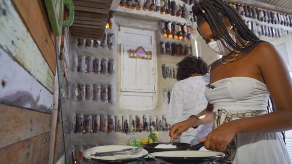 Mãe e filha dentro da casa de garrafas que as duas construíram — Foto: Globo Repórter