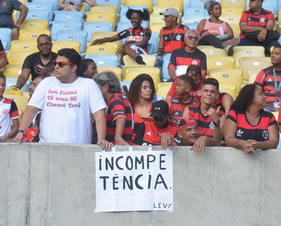 """Outra faixa de protesto no Maracanã: """"Incompetência"""" — Foto: André Durão"""