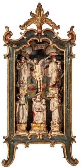 Veja a lapinha de madeira com santo de pedra-sabão