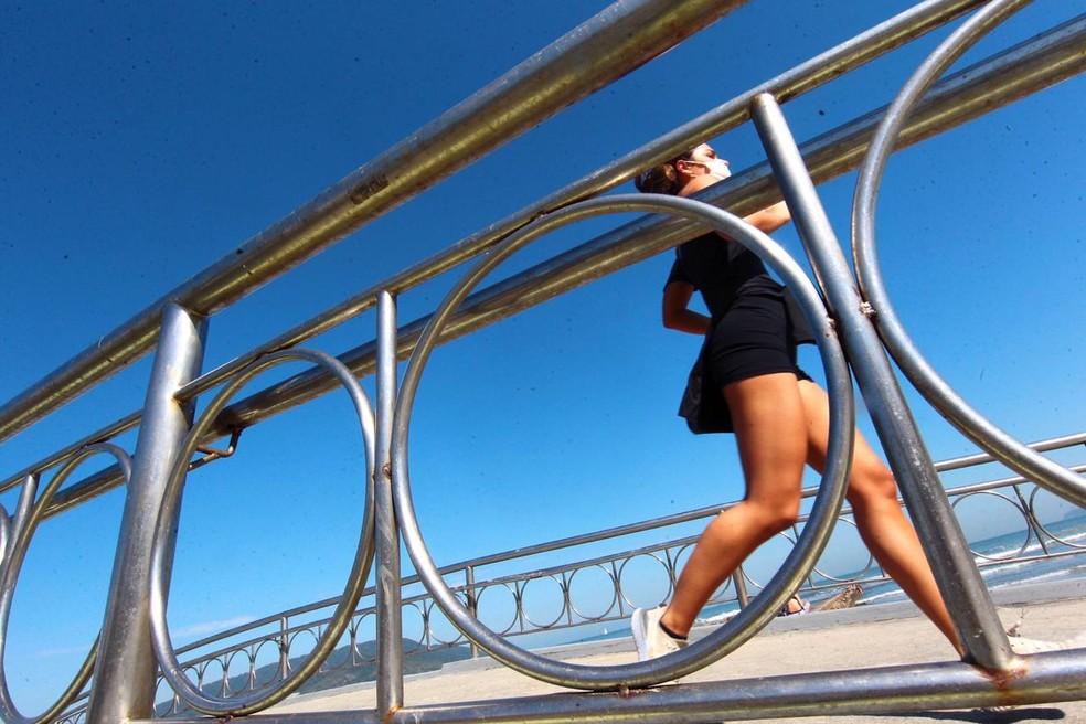 Moradores se exercitaram em praias no domingo ensolarado — Foto: Matheus Tagé/ A Tribuna Jornal