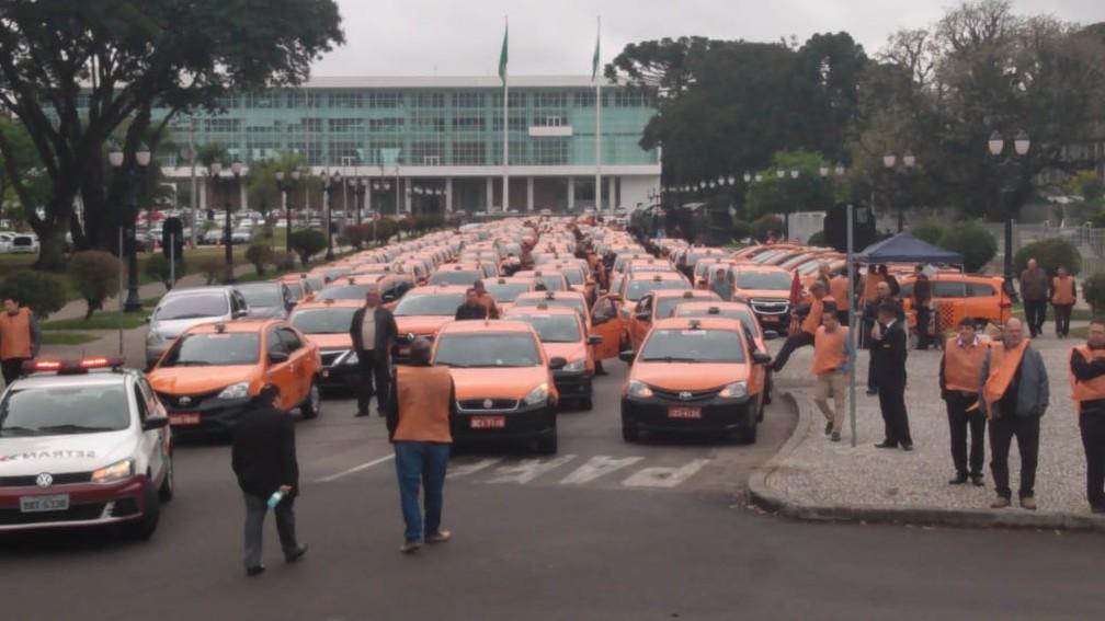 Protesto reuniu dezenas de taxistas em Curitiba  — Foto: Rafael Helias/RPC