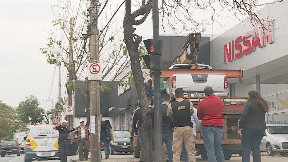 Protesto terminou com a chegada da polícia que mandou descer o guindaste (Foto: Reprodução/TV Globo)