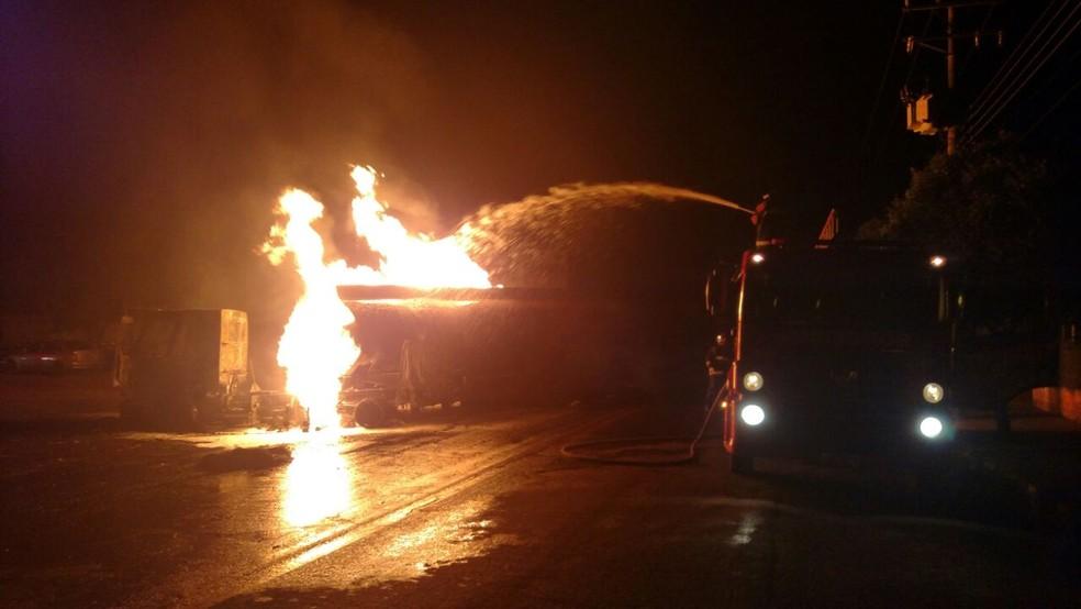 Bombeiros de MS combatem incêndio em carreta carregada com óleo diesel  (Foto: Corpo de Bombeiros/ Divulgação)