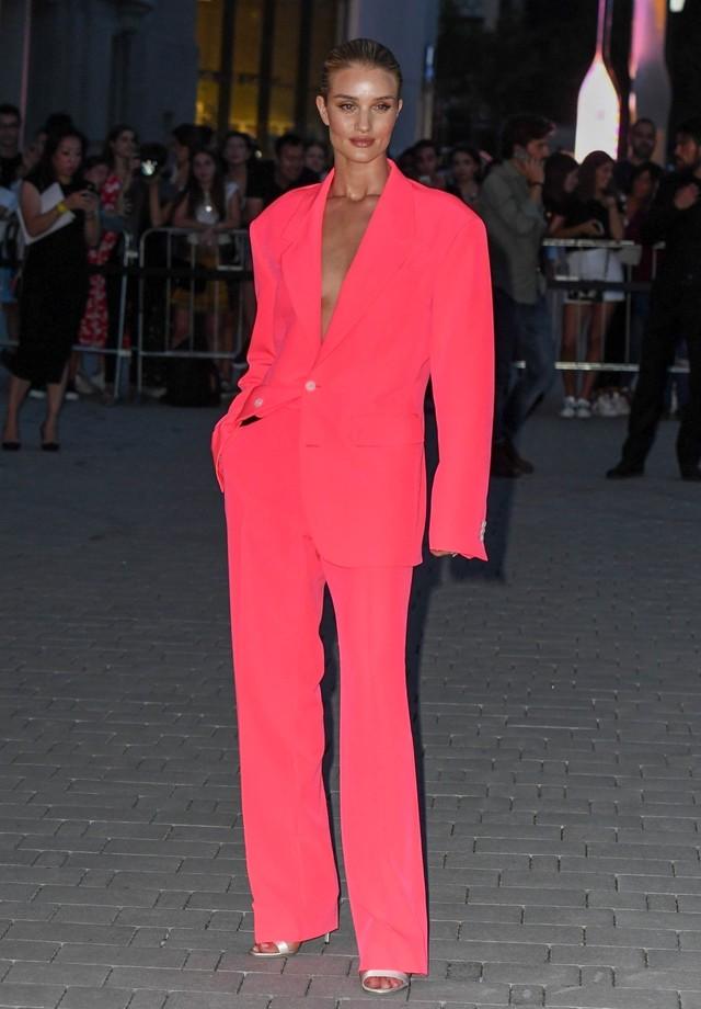 Aposte no flúo! Rosie Huntington-Whiteley lançou mão de um terno da coleção masculina da Versace injetando um tom sexy no visual. (Foto: Backgrid)