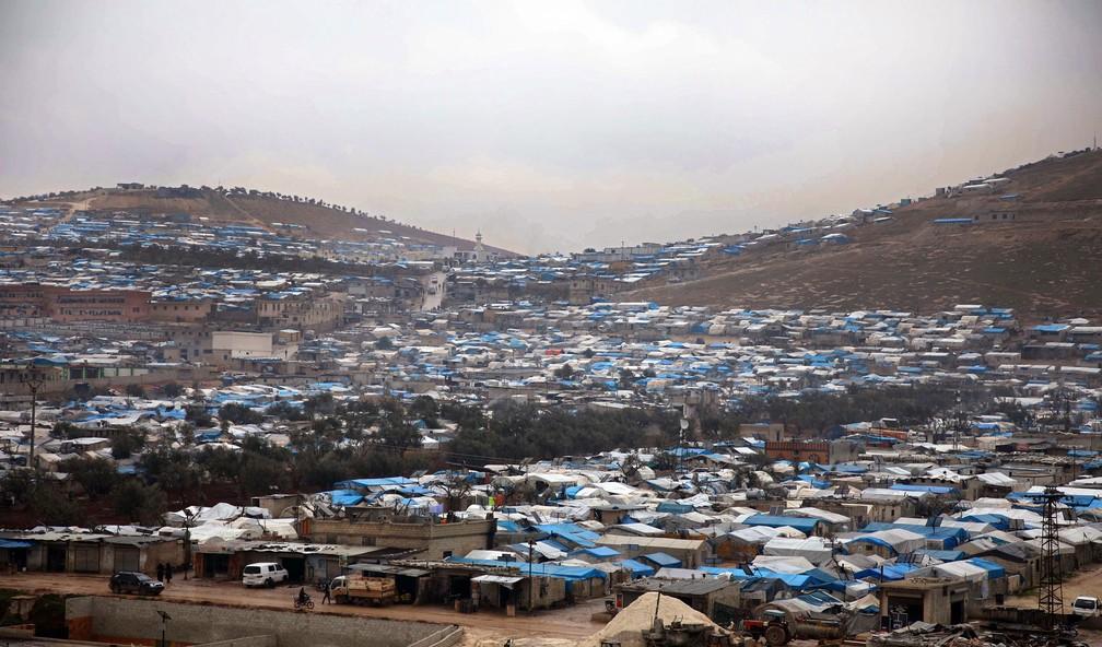 Foto de 31 janeiro mostra acampamento de Qah onde moram sírios deslocados pela guerra, na província de Idlib, perto da fronteira com a Turquia — Foto: Aaref Watad/AFP/Arquivo