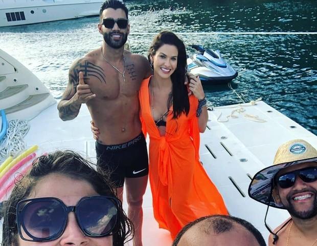 Fãs fazem foto com Gusttavo Lima e Andressa Suita (Foto: Reprodução/Instagram)