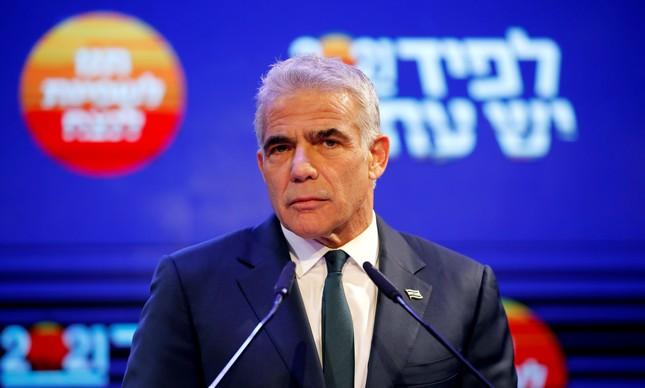 Líder do Yesh Atid (centro), Yair Lapid, em discurso depois das eleições de março