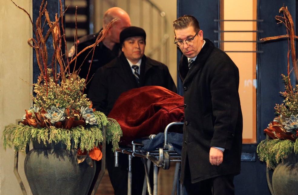 Corpo é retirado de mansão em Toronto, no Canadá, onde o bilionário Barry Sherman e sua mulher, Honey, foram encontrados mortos (Foto: Chris Helgren/Reuters)