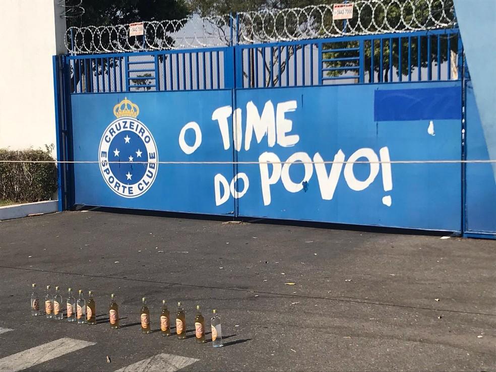 Torcedores do Cruzeiro colocam garrafas de cachaça na porta da Toca da Raposa em protesto — Foto: Diogo Finelli