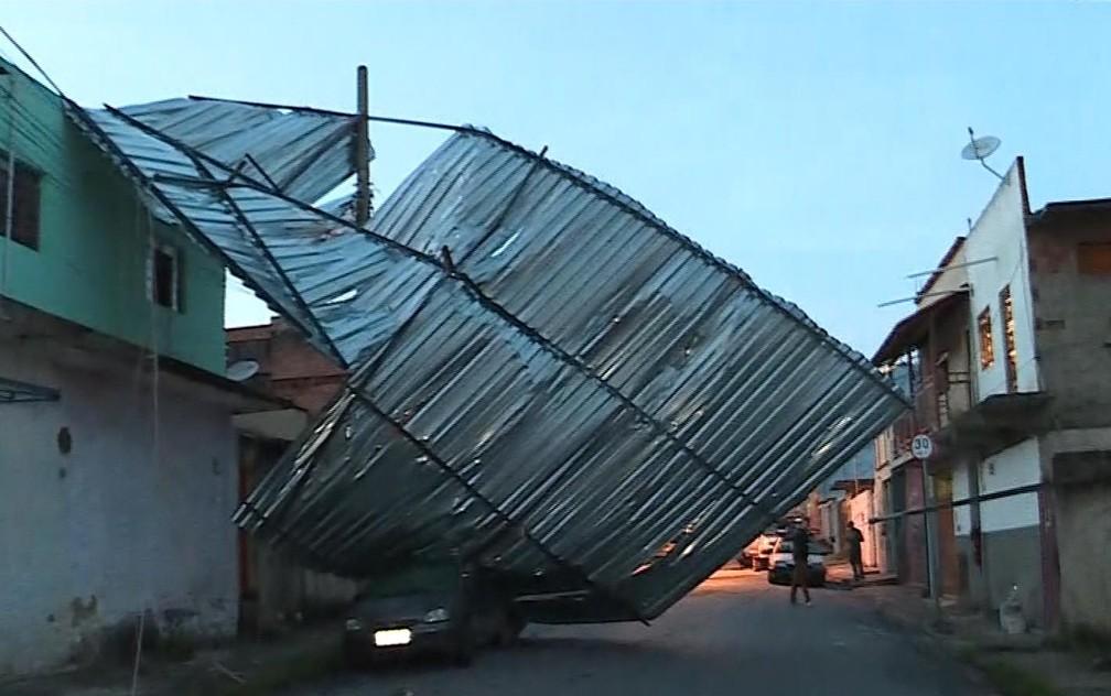 Temporal de granizo arranca telhados em Belo Horizonte (Foto: Reprodução/TV Globo)