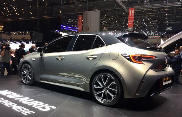 Novo Toyota Auris antecipa o visual do novo Corolla (Foto: Newspress)