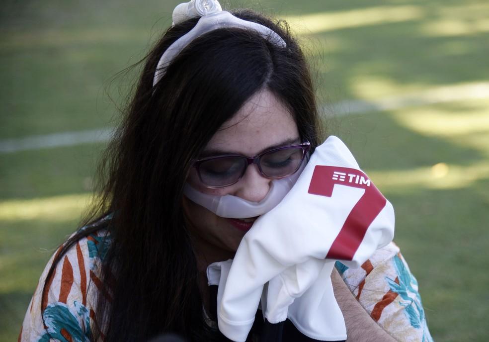 Melissa segura camisa do Vasco — Foto: André Durão