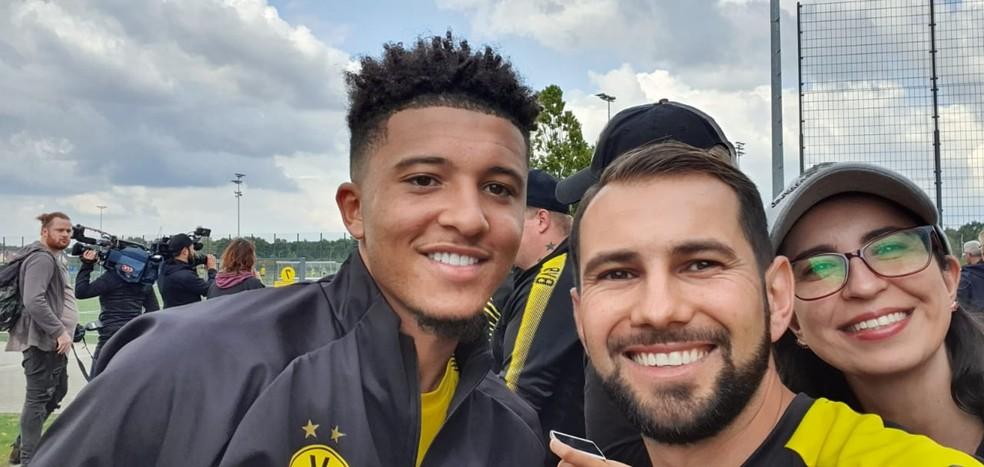 Jorge com o atacante Jadon Sancho em uma das viagens a Dortmund — Foto: Guilherme Borges
