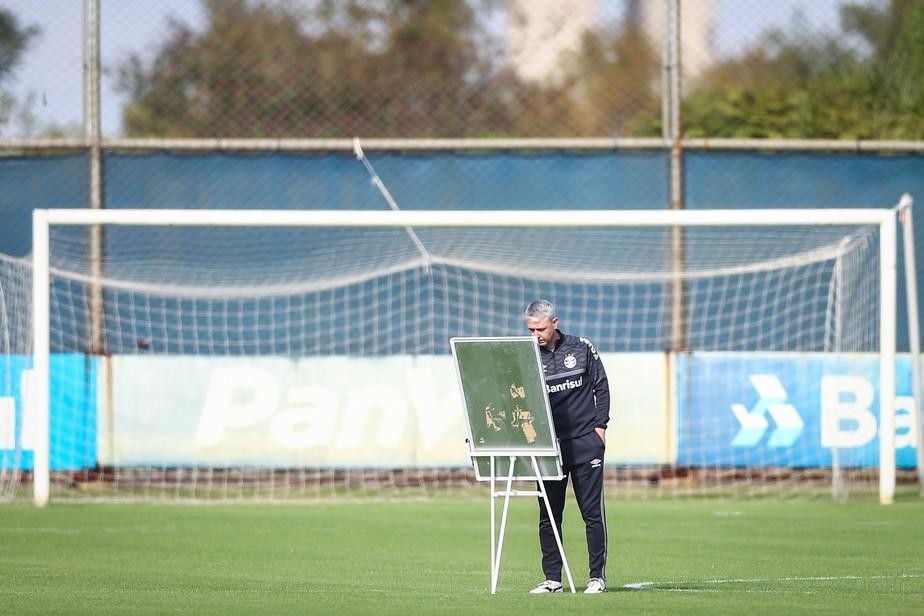 Carga de trabalho, variedade e planejamento: Tiago Nunes empolga em início no Grêmio