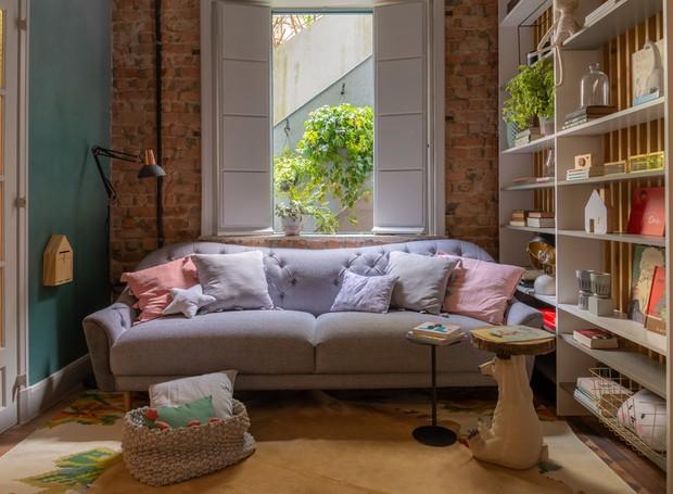 Inspirado em uma sala de leitura clássica e com leve toque europeu, o Studio de Leitura foi desenvolvido para ser um ponto de encontro na casa, um lugar para relaxar e ler um bom livro. Trabalho de Luiza Pedral Arquitetura, Cultura Inglesa e LZ Mini (Foto: Casa Na Toca/Divulgação)