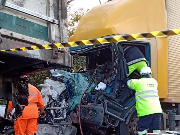 Motorista morre e outro fica ferido após carro ser prensado por carretas em engavetamento na Fernão Dias