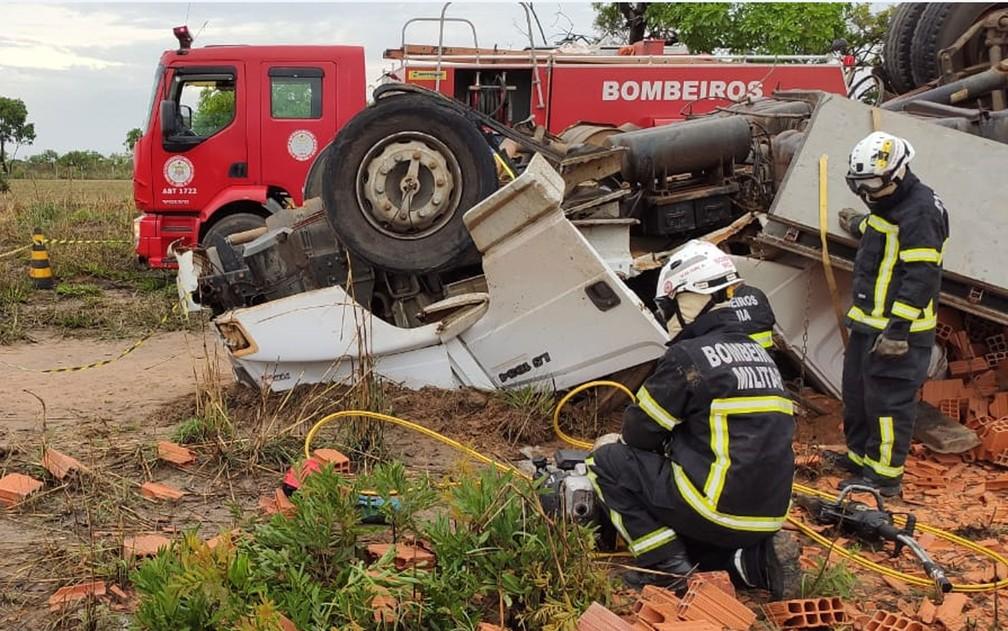 Homem fica preso às ferragens após caminhão tombar no oeste da Bahia — Foto: Divulgação/2º SGBM