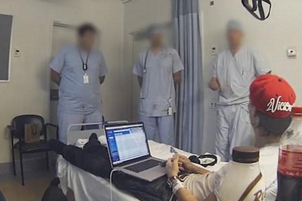 Em trecho do documentário, artista aparece em um hospital, conversando com médicos sobre a sua saúde (Foto: Reprodução)