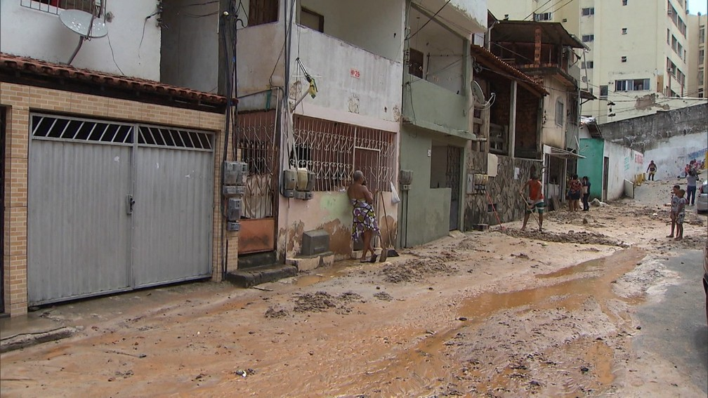 Lama invadiu casas em Daniel Lisboa, em Salvador â?? Foto: Reprodução/TV Bahia