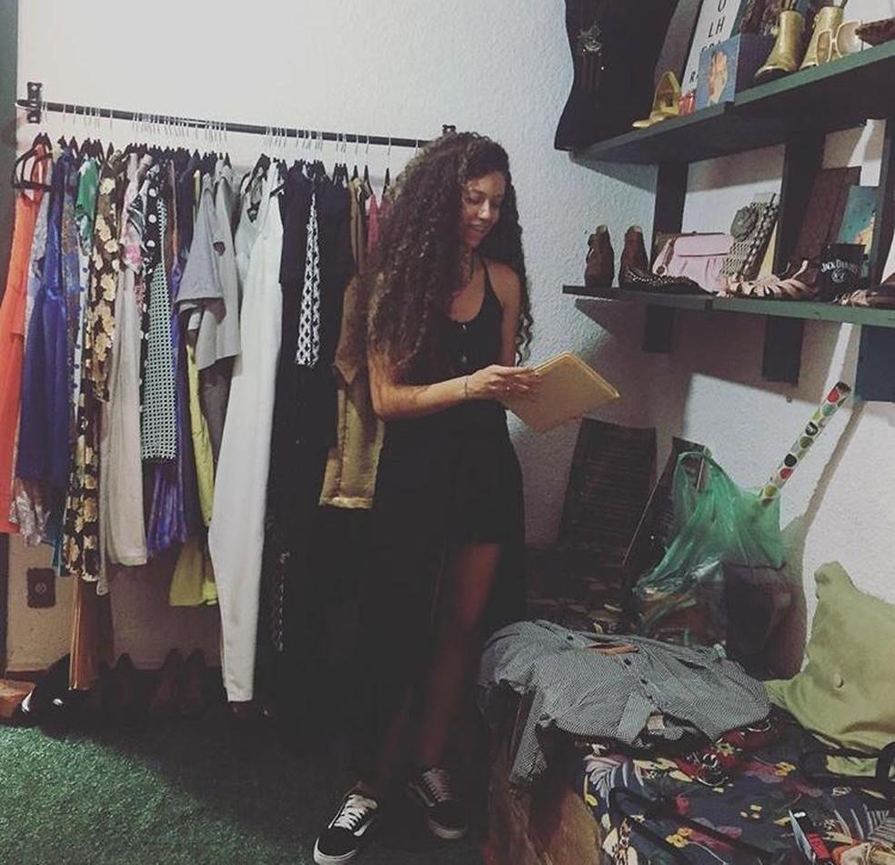Rebecca Lorenzoni, cliente do guarda-roupas compartilhado em Campinas (SP), escolhe peças para levar para viagem. — Foto: Milena Carkstrom