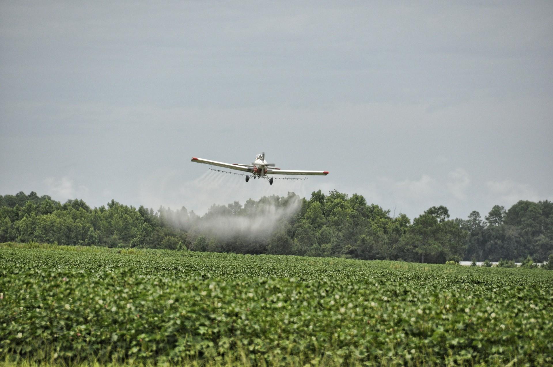 Agrotóxicos se dispersam com o vento e contaminam comunidades vizinhas.  (Foto: Creative Commons / amissphotos)