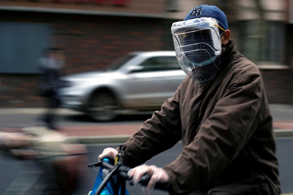 Chinês usa máscara nas ruas de Xangai neste domingo (22) em meio à pandemia do novo coronavírus — Foto: Aly Song/Reuters