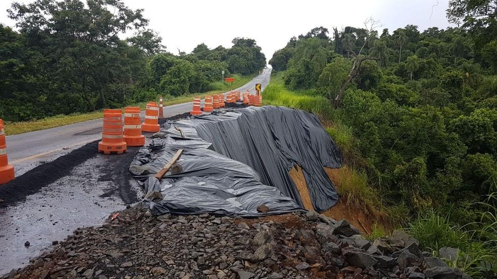 Trecho da Rodovia Jurandir Siciliano foi interditado após cratera se abrir às margens da pista (Foto: Divulgação/Polícia Rodoviária)