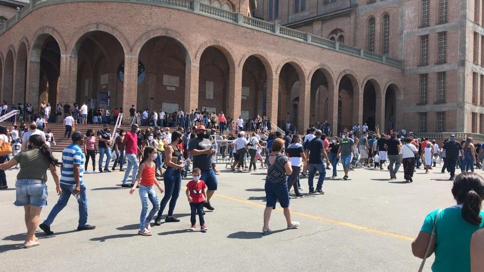 Santuário de Aparecida tem movimento intenso de fieis neste domingo (6) — Foto: Pedro Melo/ TV Vanguarda