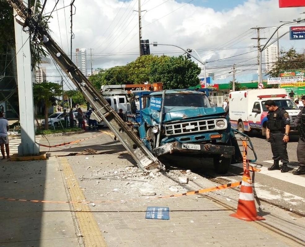 Após avançar sinal fechado e atingir duas motocicletas, caminhão bateu em um poste (Foto: Ítalo Di Lucena/Inter TV Cabugi )