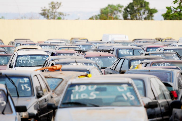 Mais de 300 veículos apreendidos pela Semob em Cuiabá são leiloados