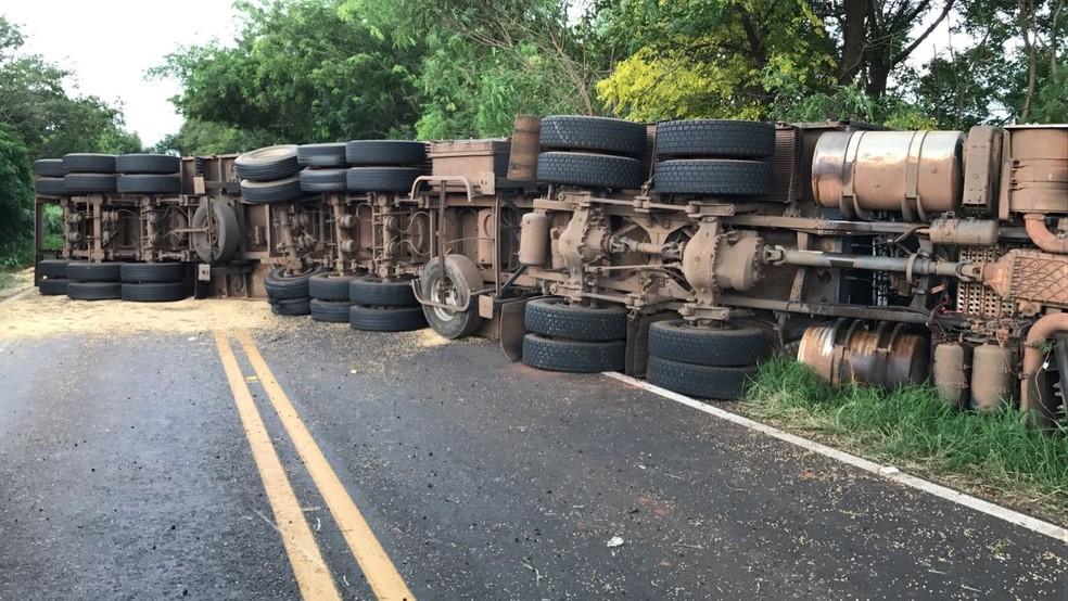 Conforme a Polícia Rodoviária Estadual (PRE), a carreta tombou em um trecho de reta da PR-317. (Foto: Corpo de Bombeiros/Divulgação)