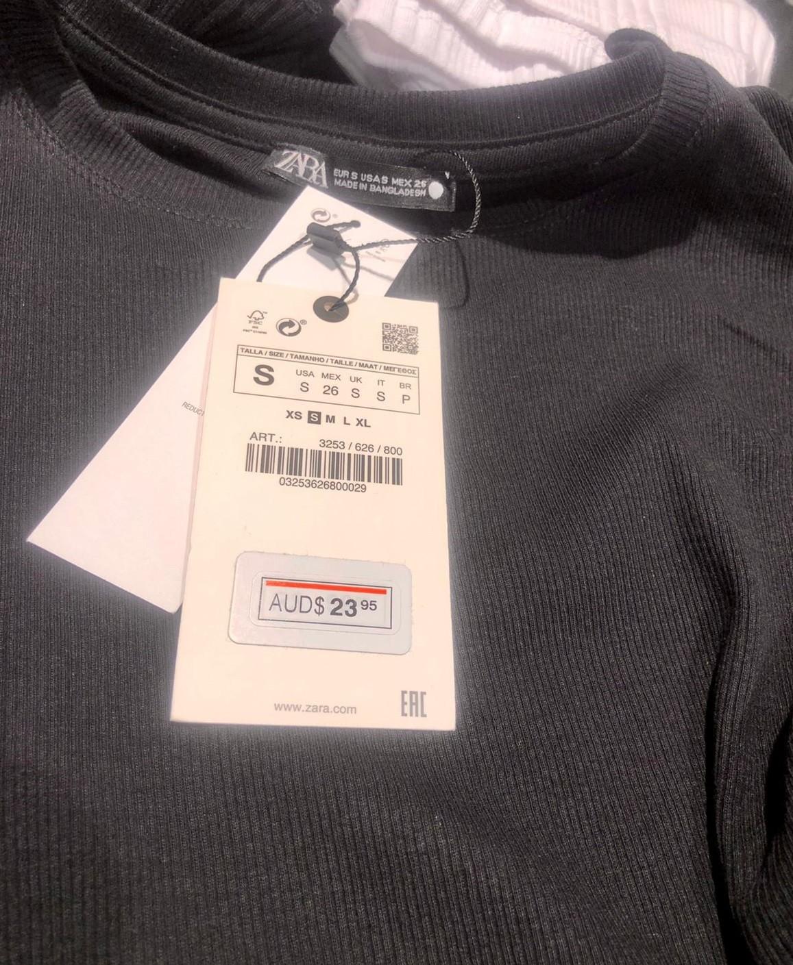 Cliente diz ter sido constrangida a pagar peça de roupa em dólar australiano em loja de Fortaleza