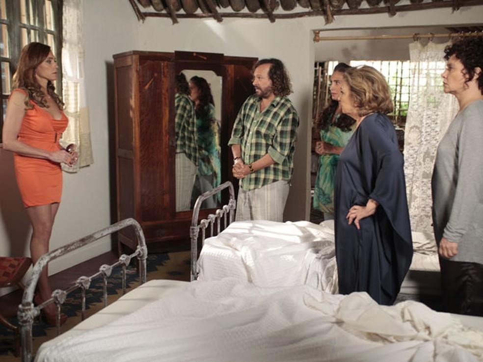 Álvaro revela que Tereza Cristina é sua irmã em 'Fina Estampa' — Foto: Globo
