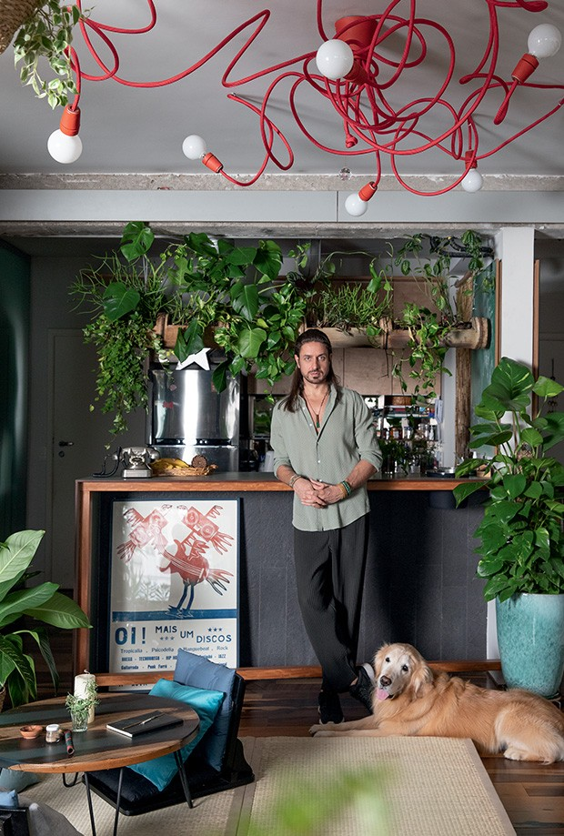 Living: A cozinha também é aberta e terreno de chás pós-meditação. Aqui, o morador com Shiva (Foto: André Klotz)