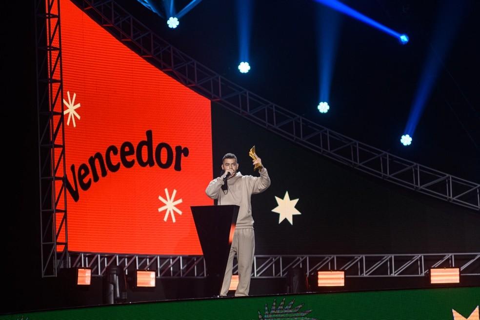 Pedro Sampaio recebe o troféu de Música Chiclete do Ano — Foto: Divulgação Multishow