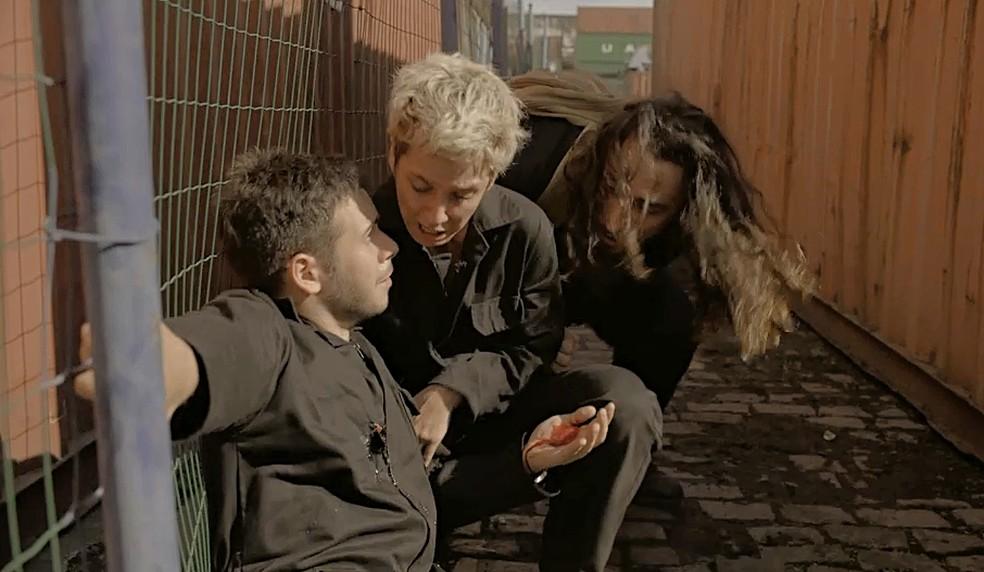 Vinícius (Antônio Benício) leva tiro e Amanda (Camila Márdila) se desespera — Foto: Globo