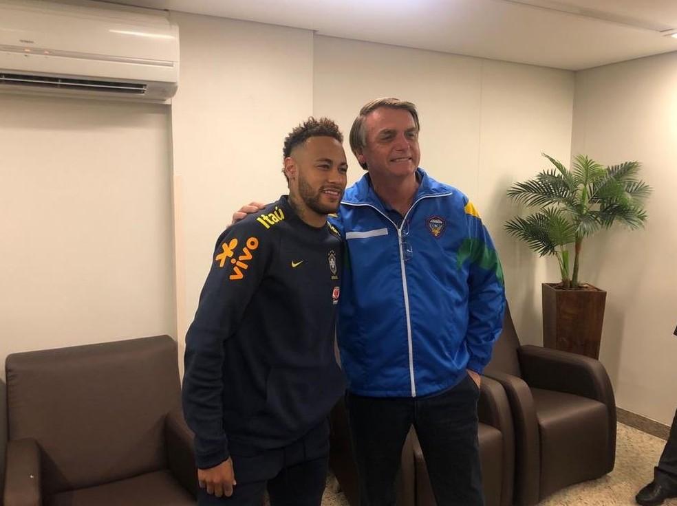 Jair Bolsonaro abraça Neymar e posa para foto depois do atacante deixar o campo ainda no primeiro tempo de Brasil x Catar — Foto: Divulgação