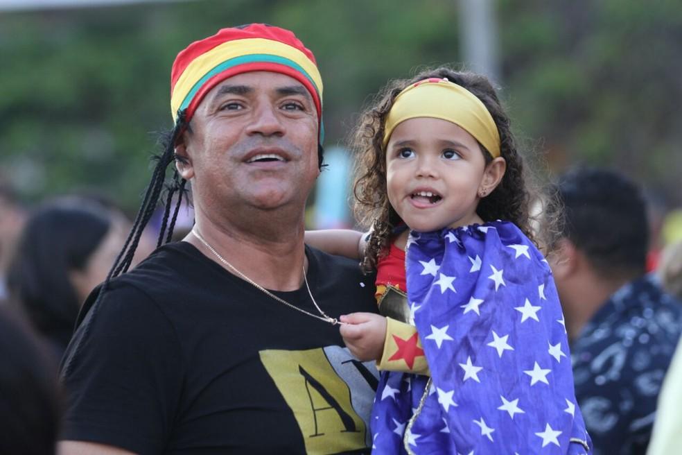 Famílias que acompanharam a montagem do galo gigante se admiram com alegoria (Foto: Marlon Costa/Pernambuco Press)