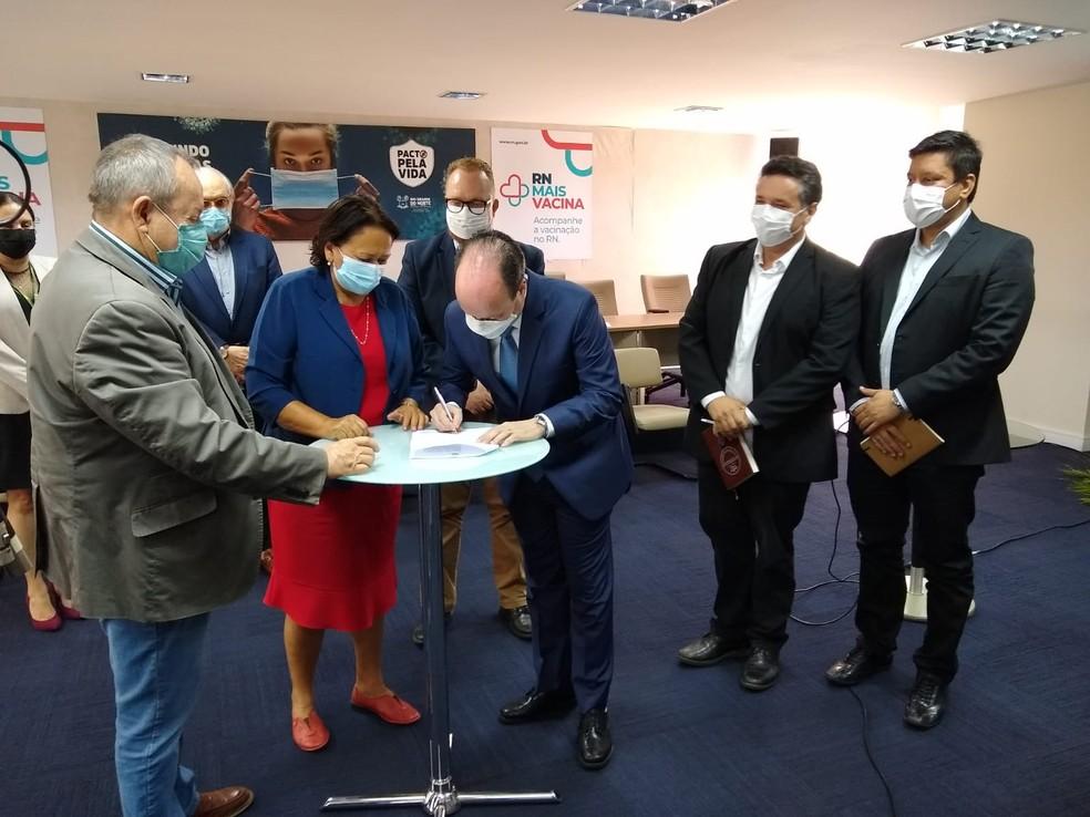 Governo do RN e EV Brasil assinam acordo para implantação de projeto de armazenamento de energias limpas no estado. — Foto: Igor Jácome/g1
