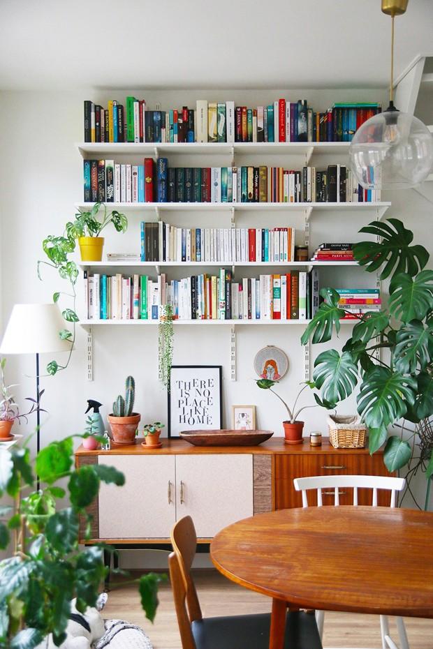 Décor do dia: estante de livros na sala de jantar (Foto: Divulgação)