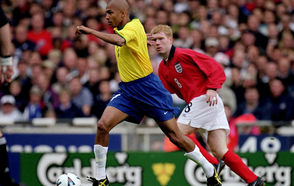 Scholes, com a camisa da Inglaterra, na marcação de Amoroso durante um amistoso diante do Brasil em 2000 (Foto: Agência Getty Images)