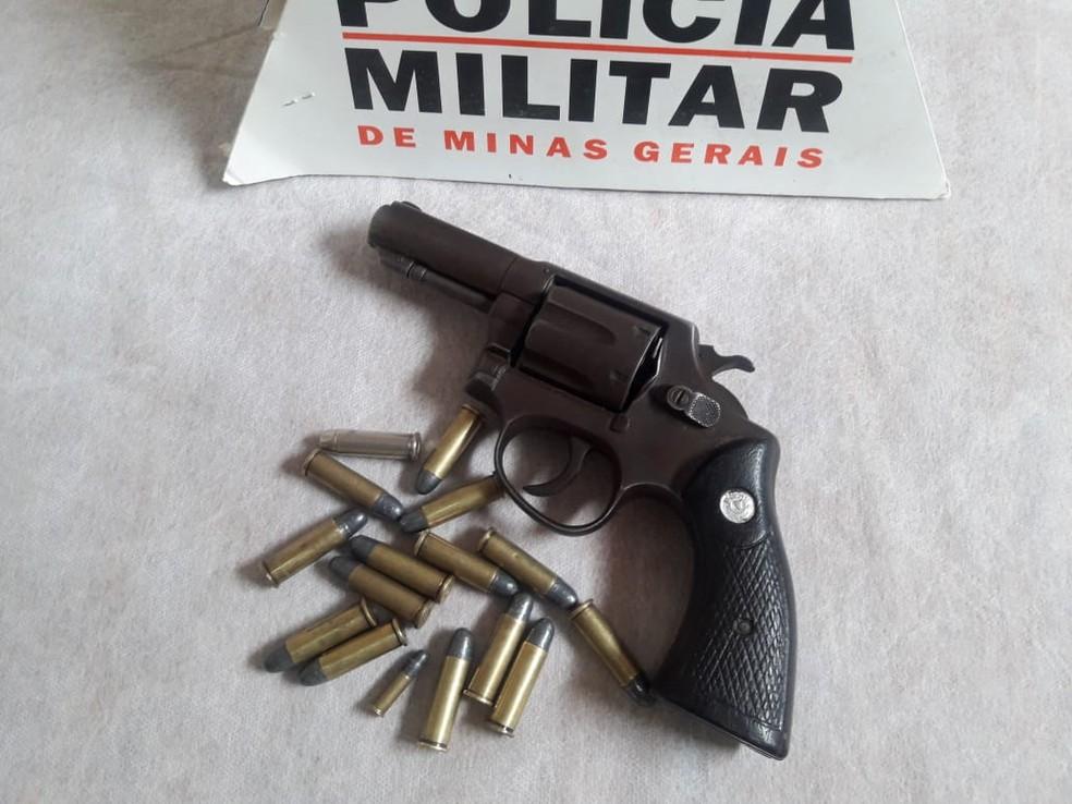 Arma apreendida com o vereador detido em Medina — Foto: Polícia Militar/Divulgação