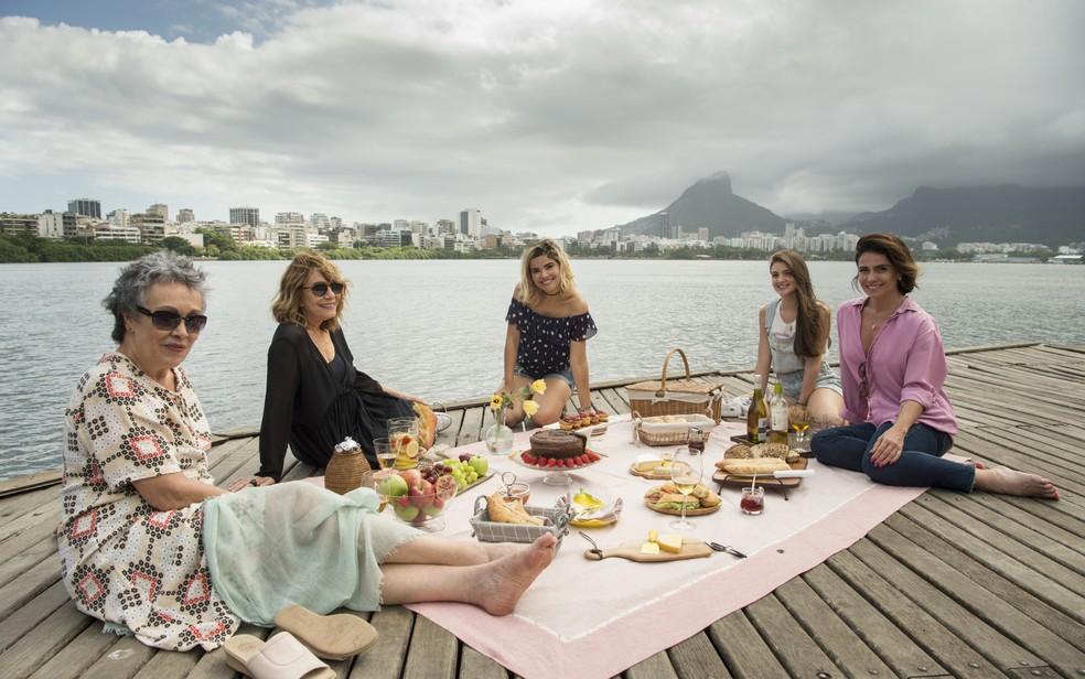 O elenco feminino de 'Filhas de Eva' conta ainda com Dora (Débora Ozório) e Zezé (Analu Prestes).  — Foto: Globo/Estevam Avellar