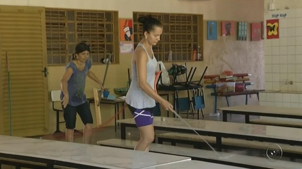 Funcionárias limpam escola em Castilho após casos da síndrome (Foto: Reprodução/TV TEM)
