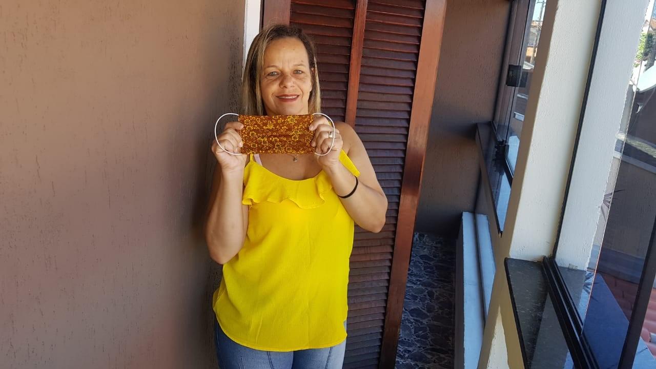Costureira faz máscaras caseiras e doa para comerciantes de São José dos Campos