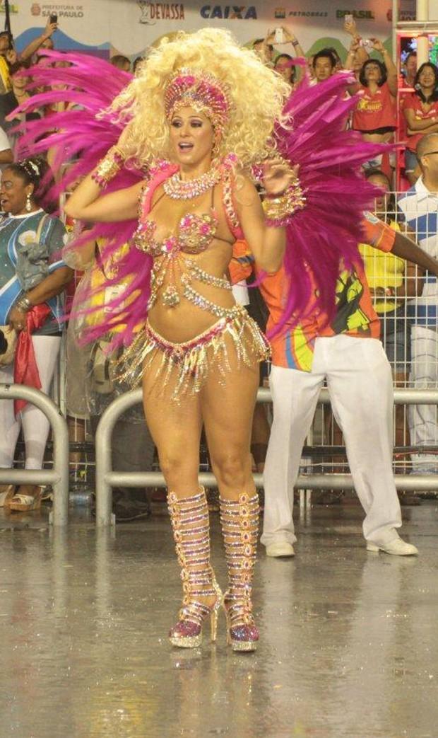 Lívia Andrade representou uma boneca no Carnaval 2014 (Foto: Orlando Oliveira/AgNews)