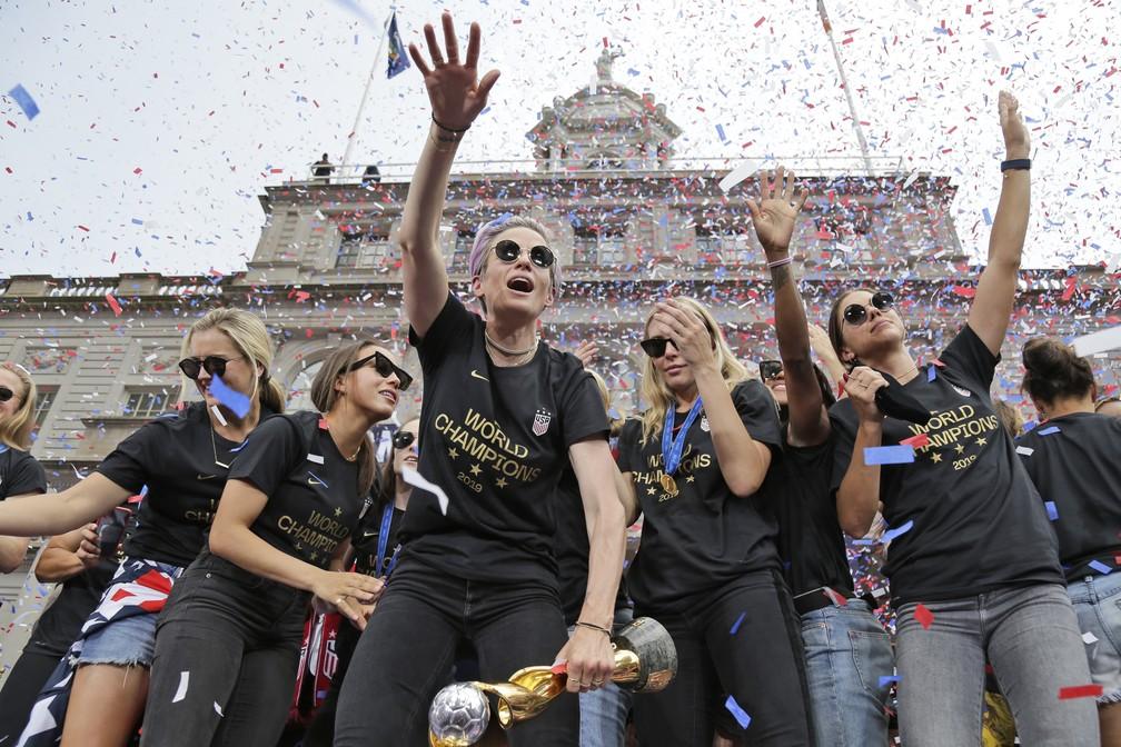 Campeãs da Copa Mundial Feminina, americanas festejaram a quarta vitória mundial nesta quarta-feira (10), em uma parada em Nova York. — Foto: Seth Wenig/AP