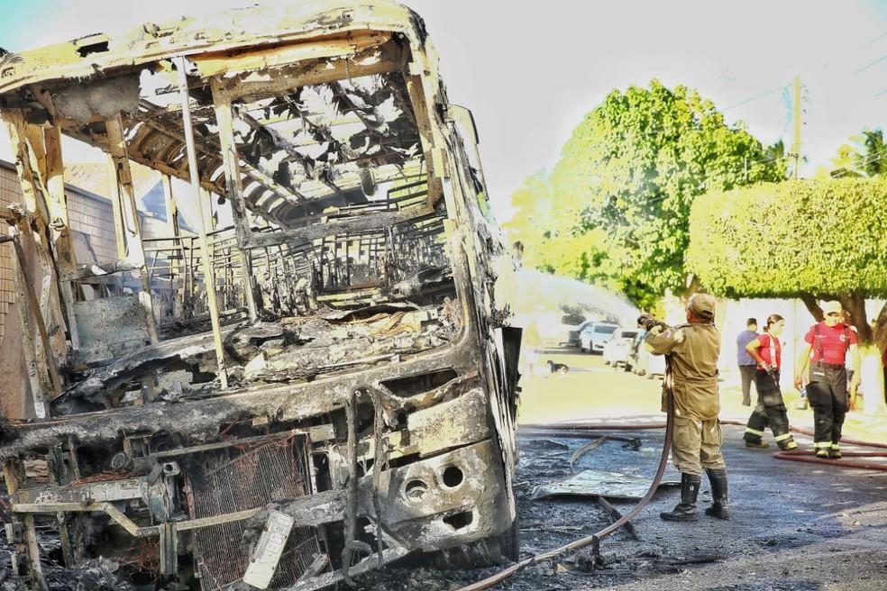 Fortaleza tem onda de ataques a ônibus desde a madrugada — Foto: Camila Lima/SVM